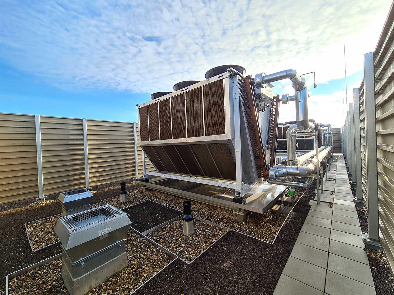 Kälte Anlage auf dem Dach bei Sonnenschein